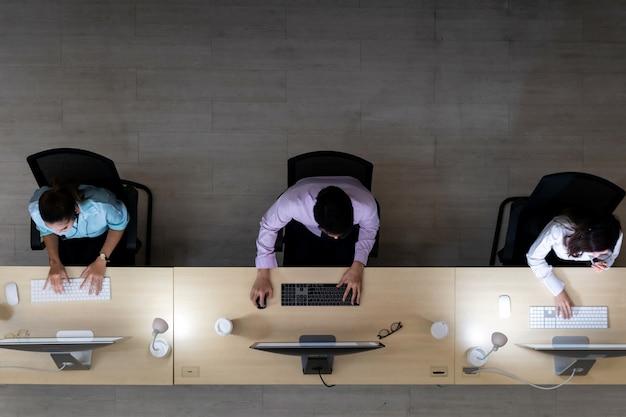 Noite de equipe de call center trabalhando vista superior