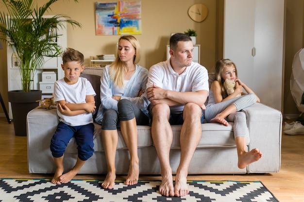 Noite de família vista frontal em um sofá