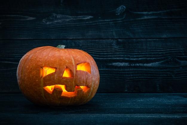 Noite de halloween sozinha fundo escuro de madeira abóbora
