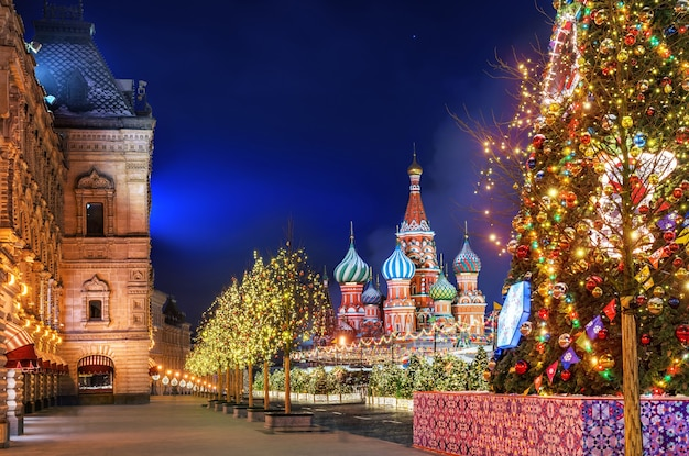 Noite de inverno na praça vermelha em moscou e decorações de natal na árvore e nas árvores