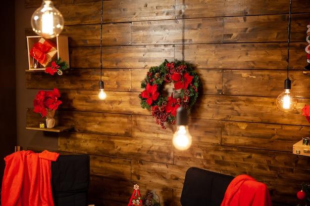 Noite de natal em uma bela casa com parede de madeira. boa vibração.