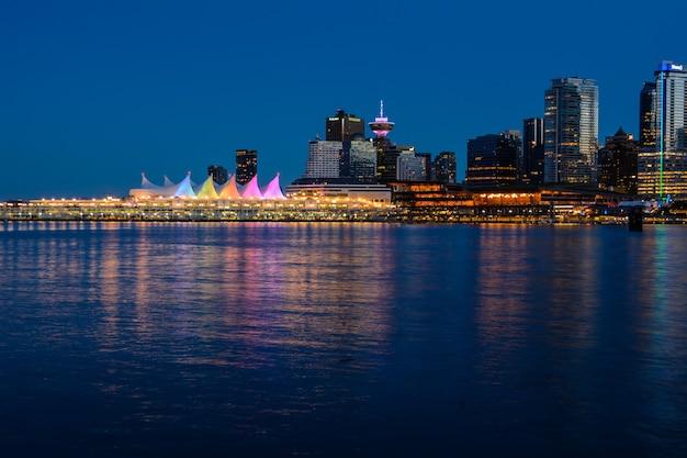 Noite de vancouver bela baía e o reflexo de edifícios na água