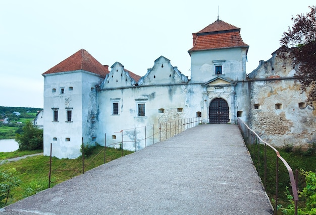 Noite de verão vista do castelo de svirzh (oblast de lviv, ucrânia. construído no século xv-xvii).