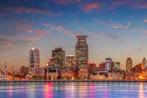 Noite do mar arranha-céus cidade paisagem centro da cidade