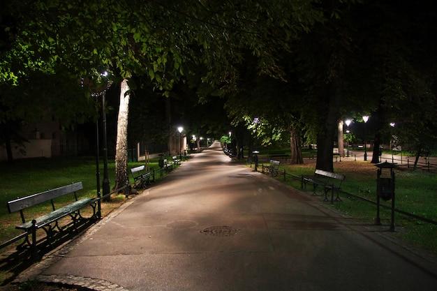 Noite em cracóvia, cidade da polônia