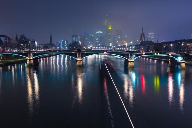 Noite em frankfurt do meno, alemanha