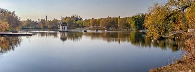 Noite ensolarada de outono no lago azul