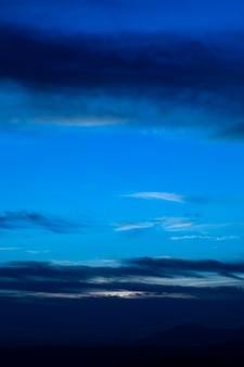 Noite estrelada com nuvens em tons de azuis