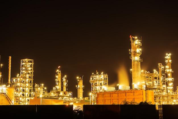 Noite indústria de refinaria de petróleo, fabricante de combustível com a cidade.