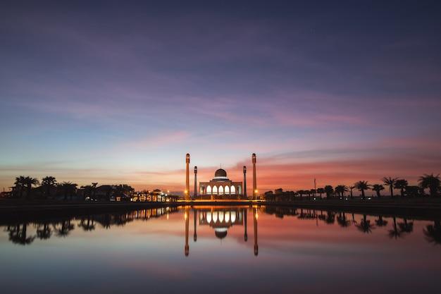 Noite na cúpula de uma mesquita na tailândia.