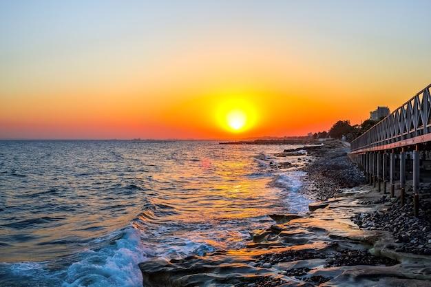 Noite na estância da costa do mediterrâneo.