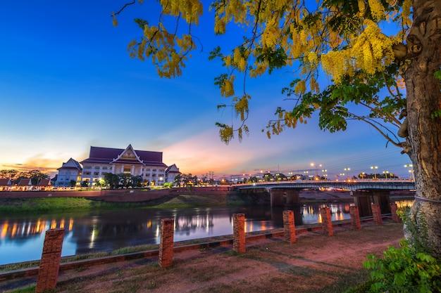 Noite natural à vista do rio nan com a cidade de phitsanulok, tailândia