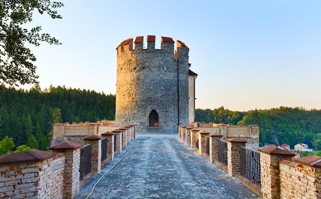 Noite no histórico castelo medieval sternberk na república tcheca