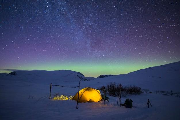 Noite no parque nacional dovrefjell, noruega