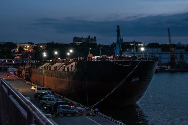 Noite no porto de odessa, ucrânia