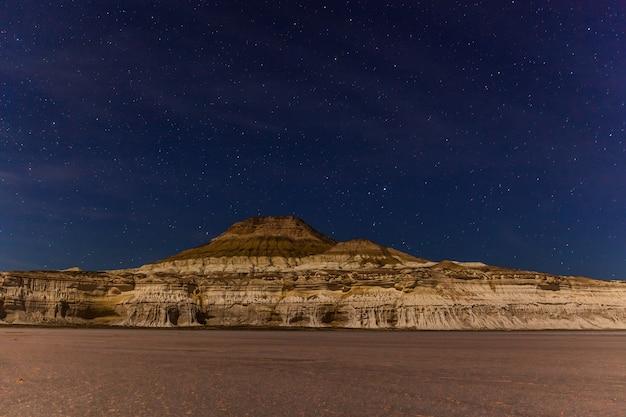 Noite. o planalto de ustyurt. distrito de boszhir. o fundo de um oceano seco tethys. restos rochosos. cazaquistão. longa velocidade do obturador