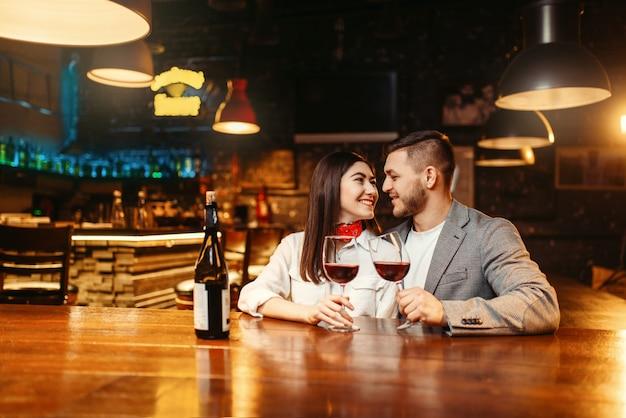 Noite romântica, casal no bar, festa de encontro