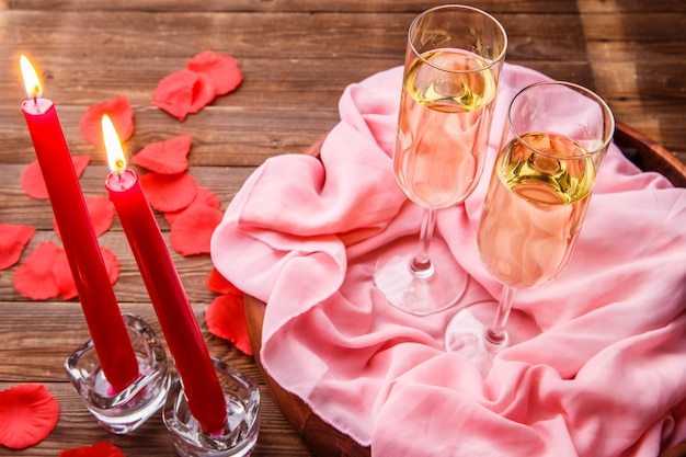 Noite romântica com champanhe, velas