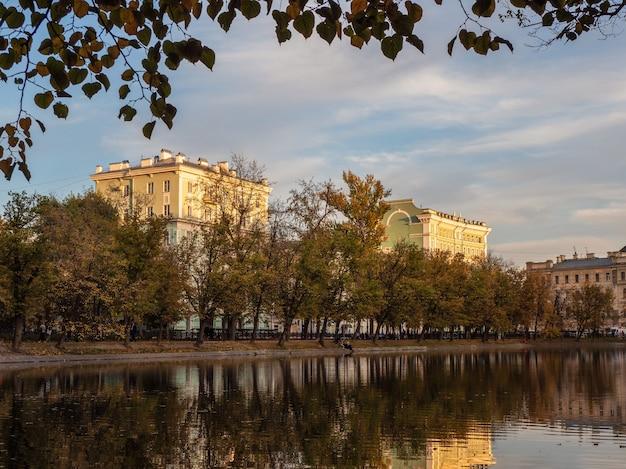 Noite tranquila de outono em chistye prudy em moscou. conceito de vida urbana. rússia.