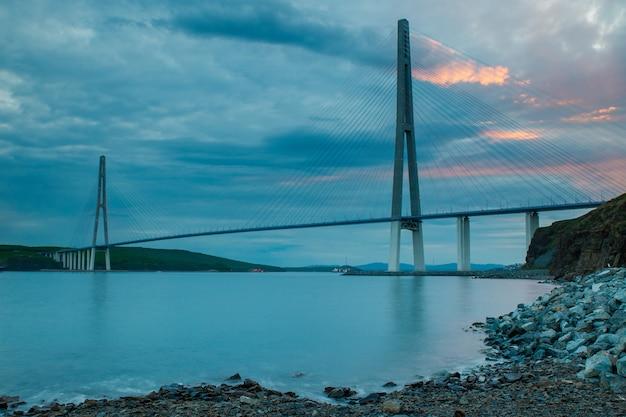 Noite vista da longa ponte estaiada em vladivostok, rússia
