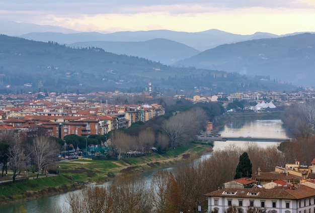 Noite vista superior da cidade de florença itália, toscana, no rio arno.