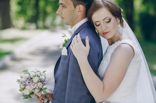 Noiva abraçando as costas de seu noivo