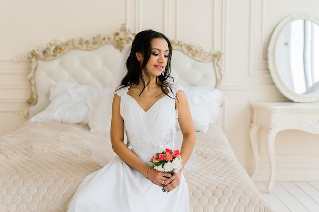 Noiva afro-americana com vestido de manhã se preparando para o casamento em um quarto de hotel