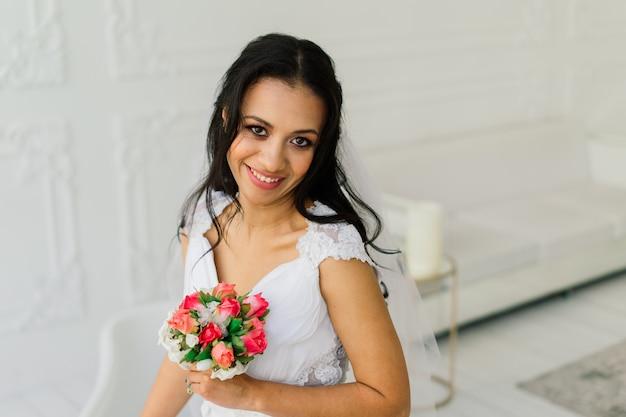 Noiva afro-americana com vestido de manhã se preparando para o casamento em um quarto de hotel Foto Premium