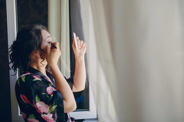 Noiva ao lado da janela