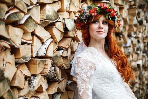 Noiva boho com cabelo vermelho com flores