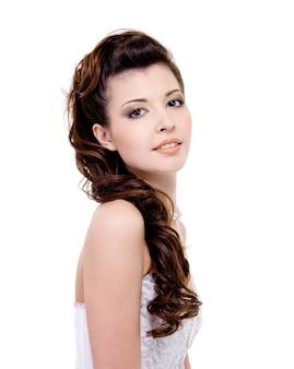 Noiva bonita com penteado de casamento elegante e lindo - isolado no branco