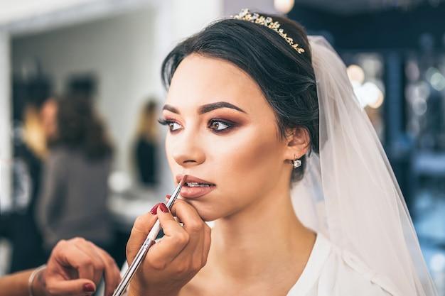 Noiva bonita em maquiagem antes de se casar