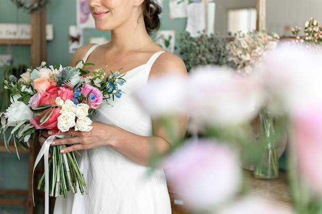 Noiva carregando um lindo buquê de flores