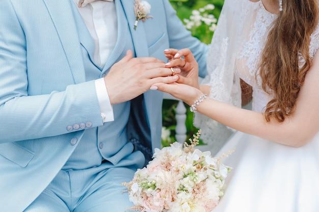 Noiva, coloca, anel, de, dela, noivo, close-up