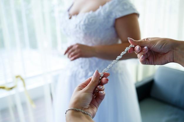 Noiva coloca joias de casamento no dia do casamento