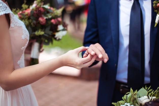 Noiva colocar aliança no dedo do noivo