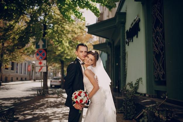 Noiva com a cabeça ligada ao rosto do noivo