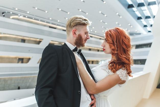 Noiva com a mão no peito de seu marido