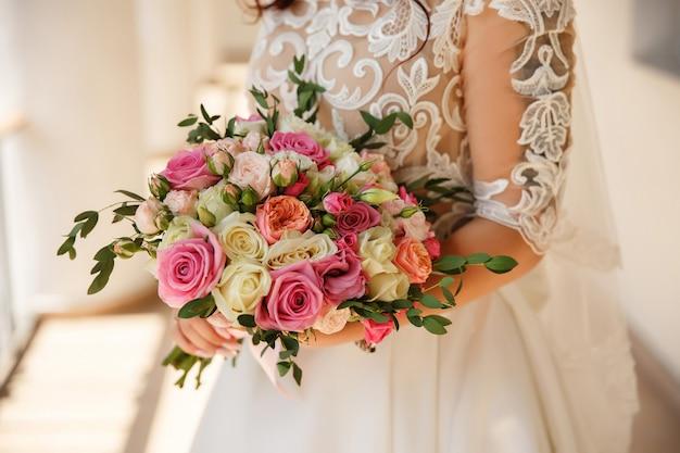 Noiva com buquê de casamento