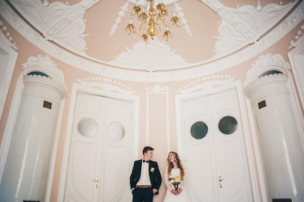 Noiva com buquê de flores de casamento e noivo