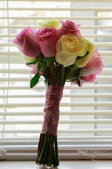 Noiva com buquê de flores