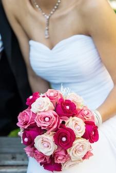 Noiva com buquê de rosas