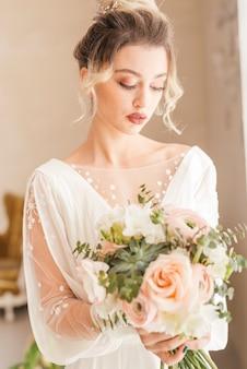 Noiva, com, buquê flores