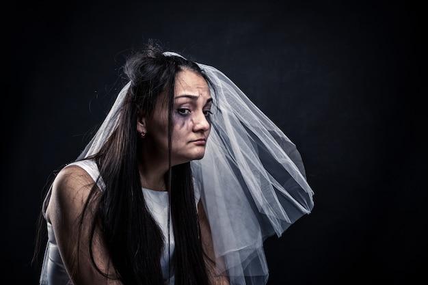 Noiva com rosto choroso, casamento infeliz