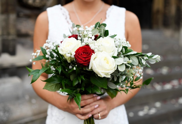 Noiva com um buquê de rosas