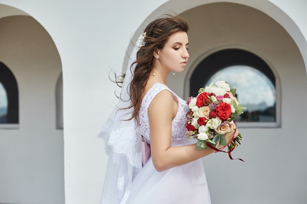 Noiva, com, um, buquê flores, em, dela, mãos