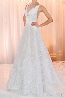 Noiva com vestido caro e luxuoso em cerimônia no dia do casamento