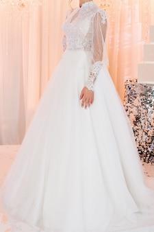 Noiva com vestido caro e luxuoso na cerimônia no dia do casamento. mulher, detalhes de modelos da coleção.