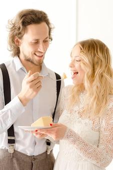 Noiva comendo bolo de casamento