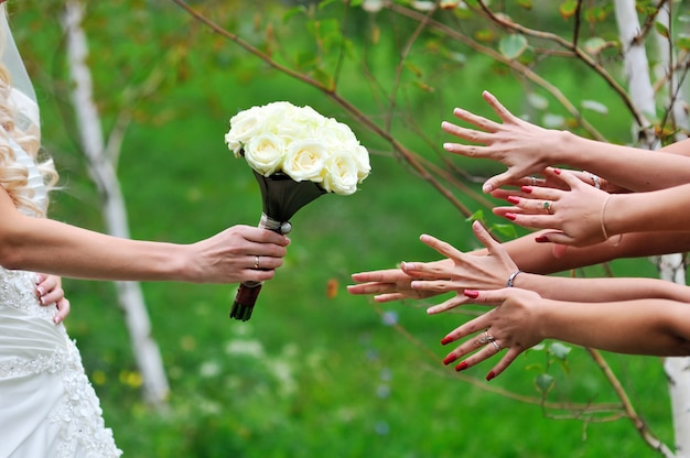Noiva dá um buquê de amigas